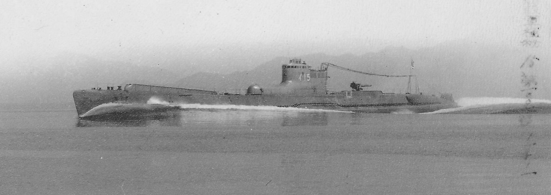 A 3.700 tonnás I-15 tengeralattjáró. A parancsnoki torony előtti púp a felderítő repülőgép hangárja.