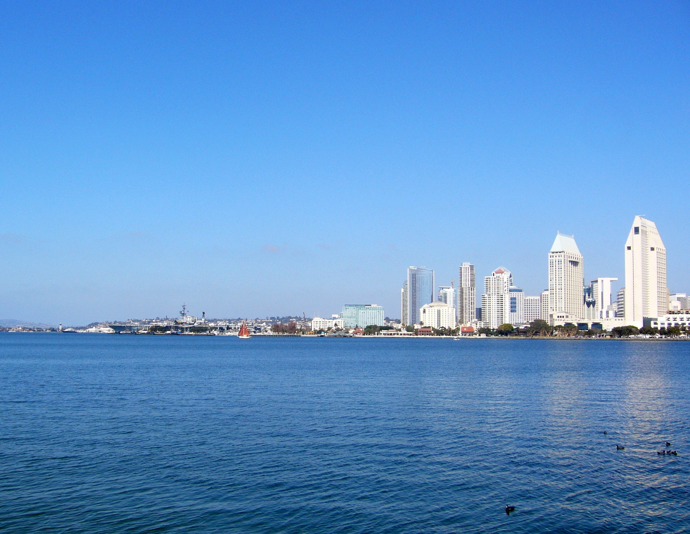 San Diego belvárosa az öböl túlpartjáról. A Midway a kép bal szélén.