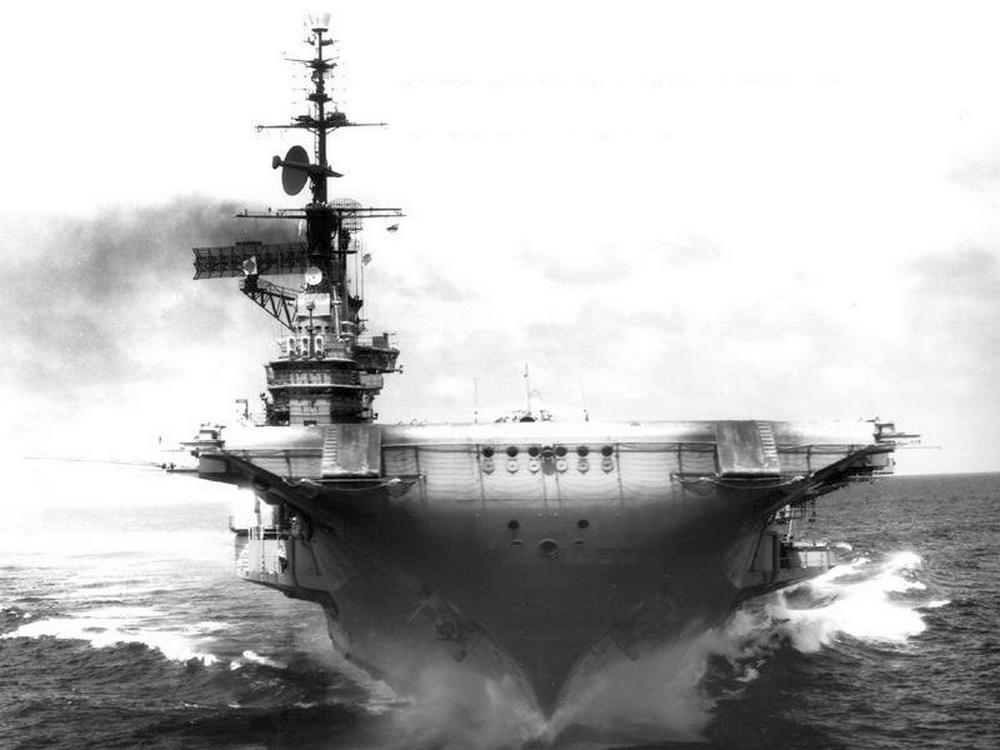 Az anyahajó az első átépítések után, a hatvanas években.