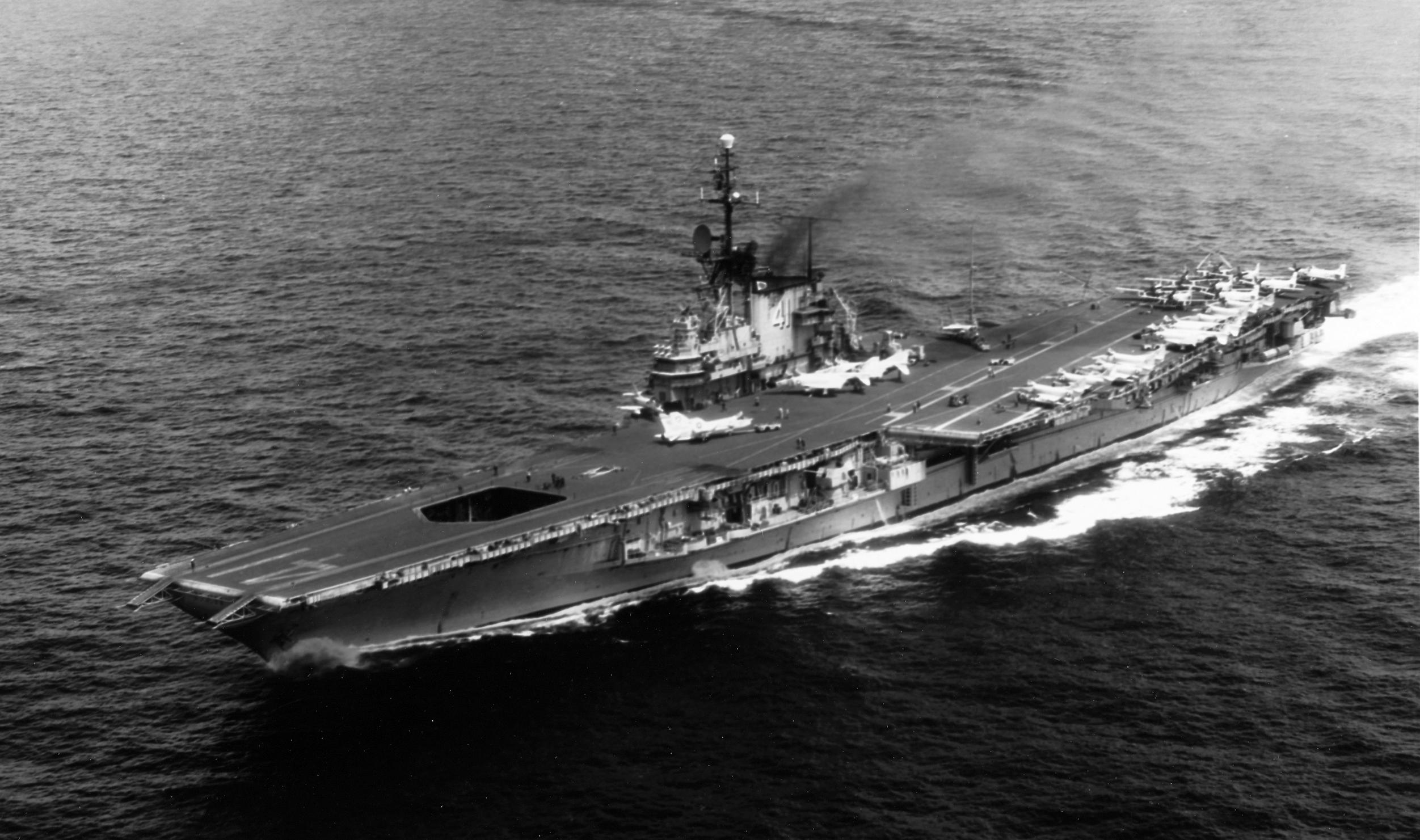 A Dél-kínai-tengeren járőröző Midway 1965-ben.