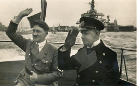 Hitler és Raeder egy kis közös csónakázáson Wilhelmshavenben.