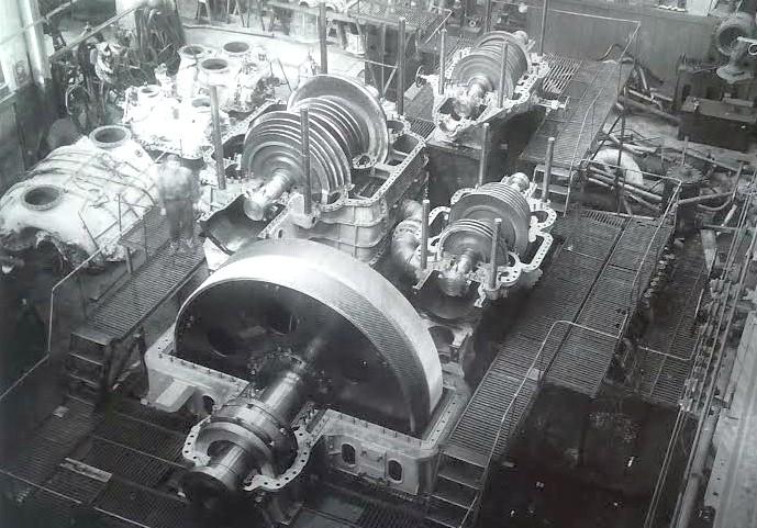 Szemléltetésnek egy kép az olasz Littorio egyik összeszerelés alatt álló gőzturbinájáról. Az előtérben látható nagy kerék a tengelykapcsoló és fordulatszámcsökkentő, mögötte a turbina ugyanarra a tengelyre dolgozó, de külön házakban beépített magas-, közepes-, és alacsony nyomású fokozatai.