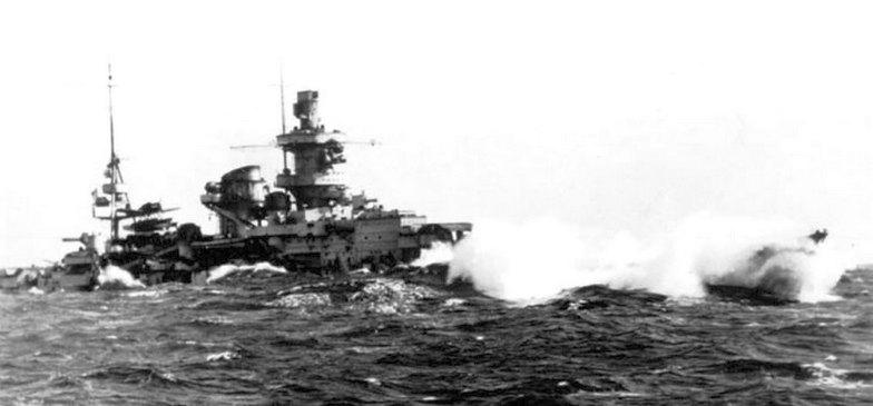 A Scharnhorstról készült kép jól szemlélteti az alacsony oldalmagasság hátrányait. A viharos tengeren haladó hajónak szinte csak a felépítménye látszik ki a hullámok közül.