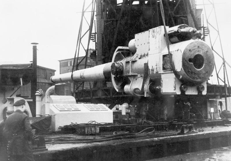 A Tirpitz egyik 38 cm-es ágyúja, beépítés közben.
