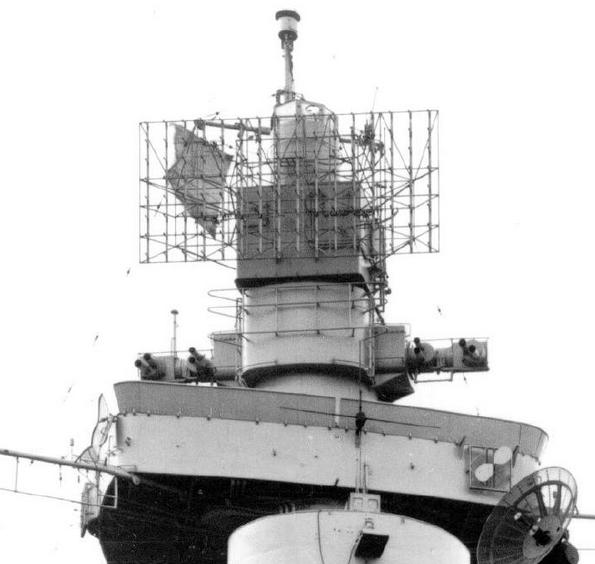 A Prinz Eugen radarantennái, az előárboc tetején.