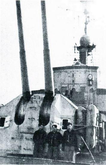 Az egyik, eredetileg a csatacirkálóra szánt 15 cm-es lövegtorony, itt már a Z-25 rombolón beépítve.