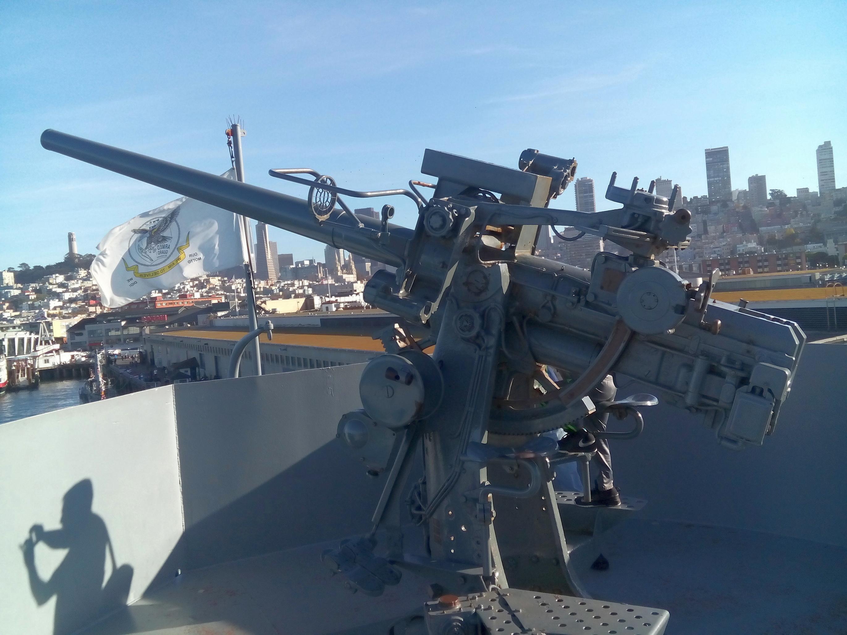 Egy 76 mm-es ágyú.