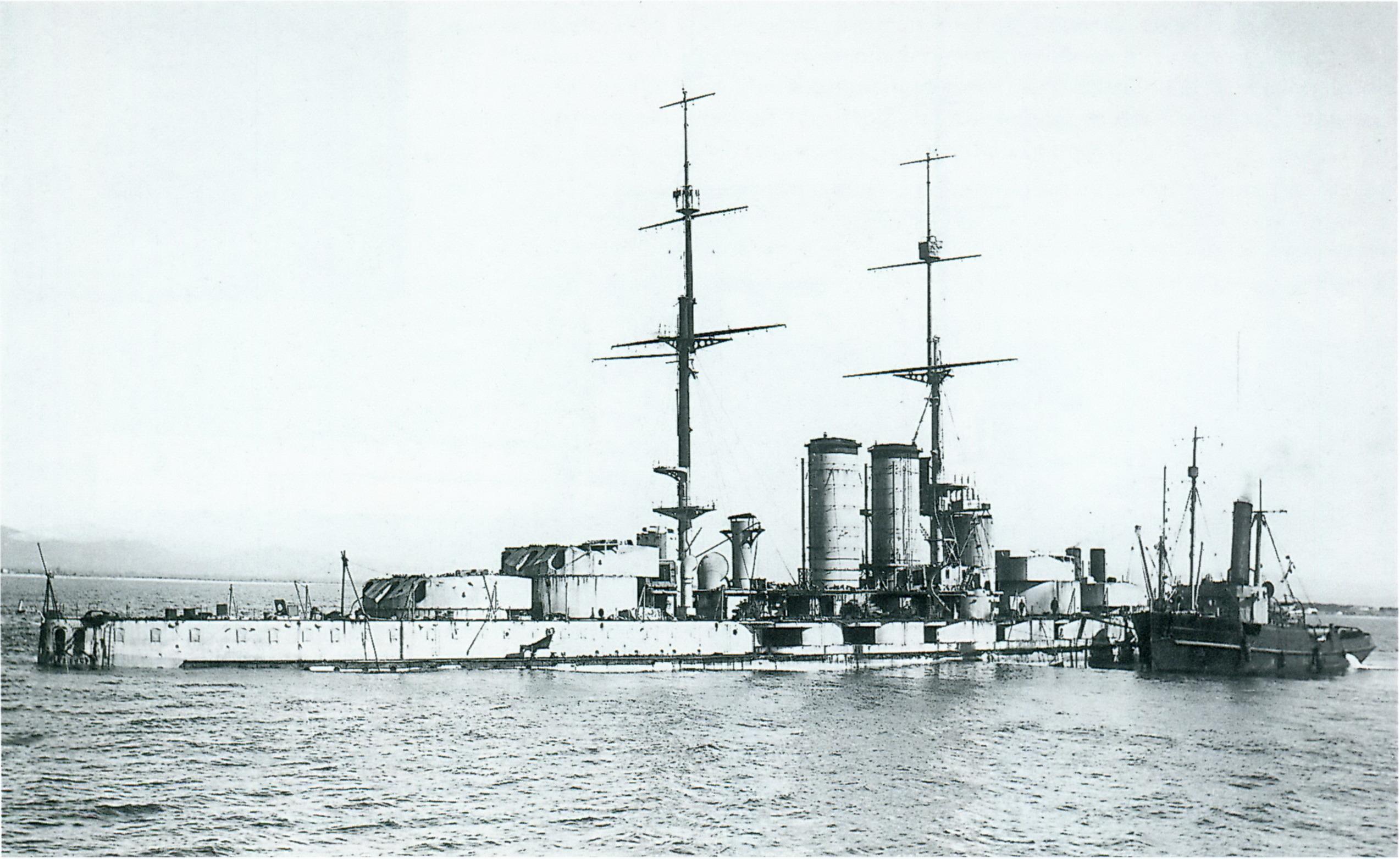 Az imitált torpedótalálattól fenékre süllyedt csatahajó.