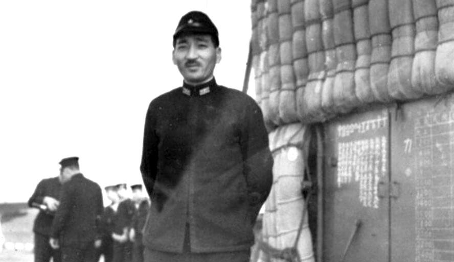 Fuchida Mitsuo fregattkapitány, a támadás vezetője, az Akagi fedélzetén.