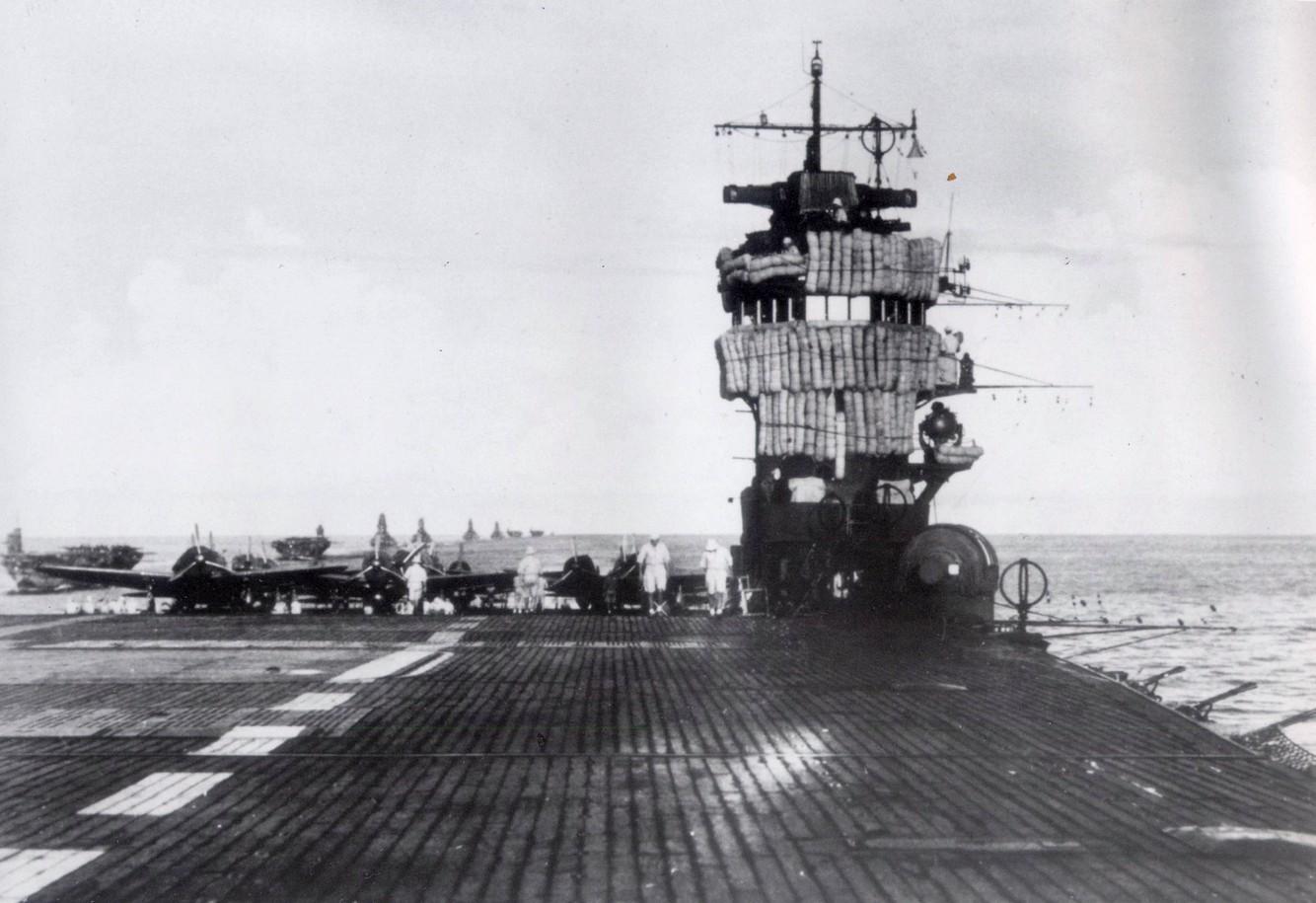Az Akagi fedélzete, és parancsnoki tornya.