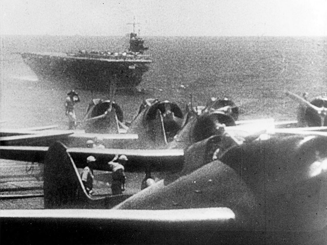 A támadásra készülő gépek a japán anyahajók fedélzetén.