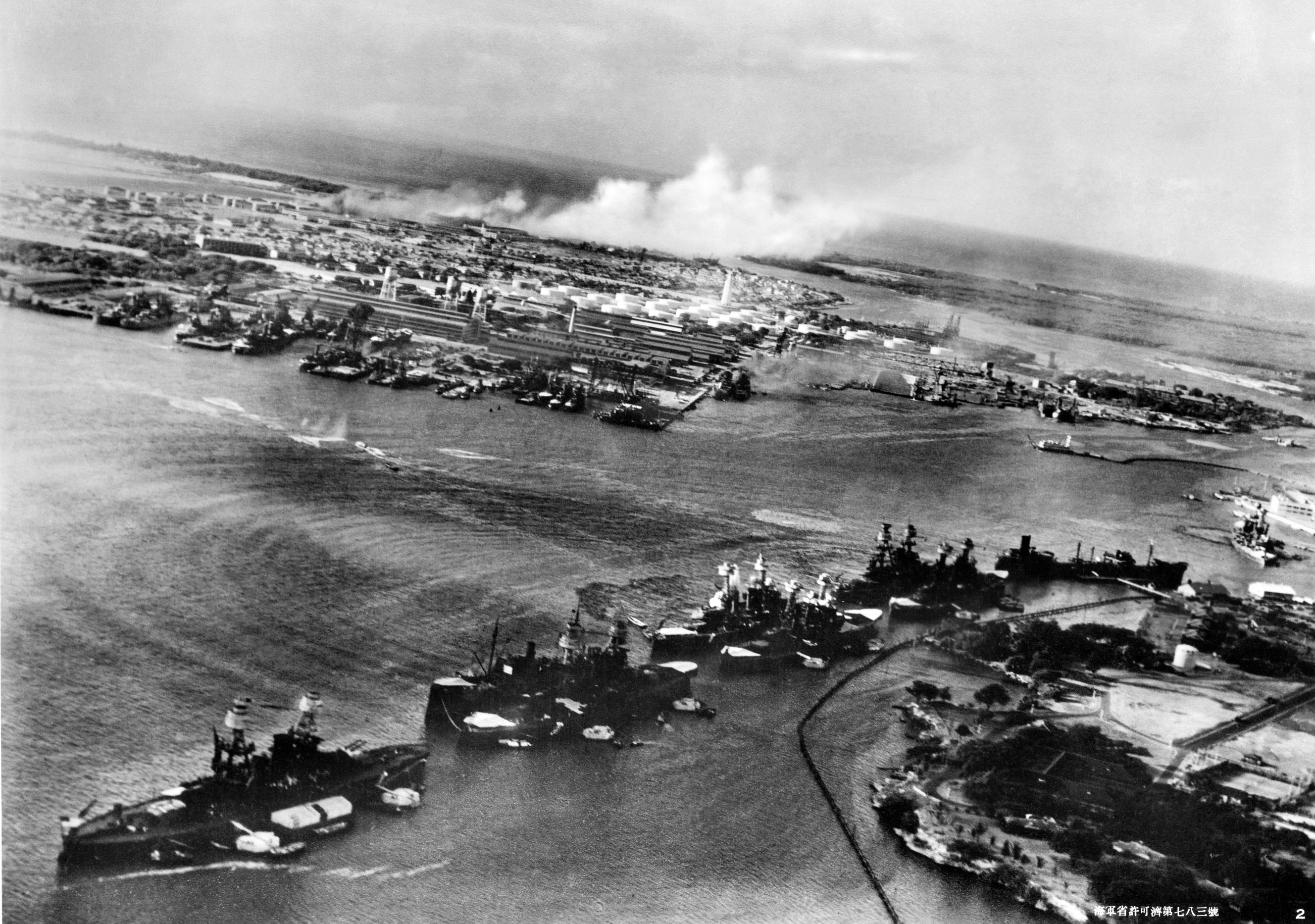 A támadás első percei. Érdemes erőltetni a szemünket, az öböl közepén, ahol a torpedók tajtékcsíkjai kezdődnek, néhány szakértő egy japán törpe tengeralattjáró parancsnoki tornyát véli felfedezni. Ha igazuk van, az Oklahomát ért torpedótalálatok közül egy vagy kettő tőle származhatott.