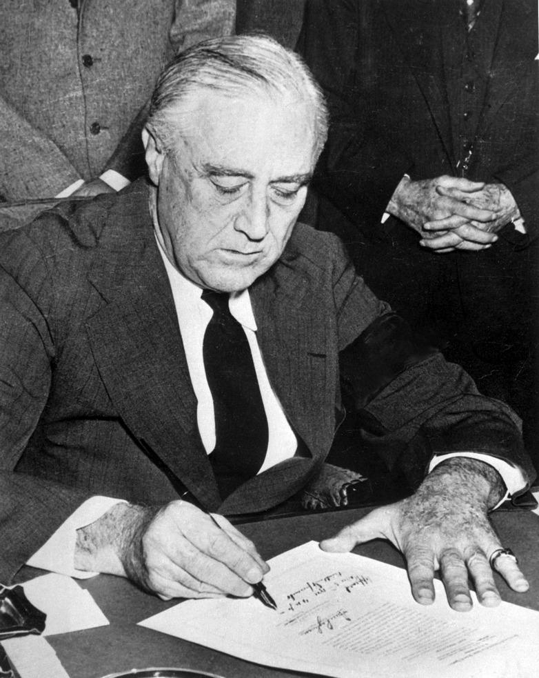 Roosevelt aláírja a hadüzenetet.