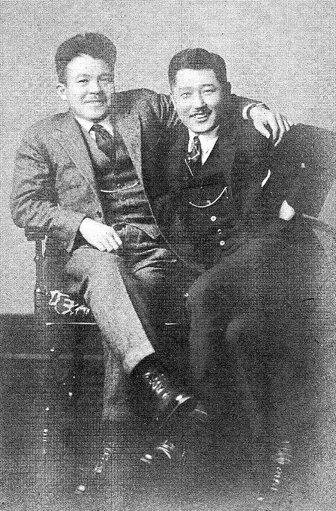 Bohémélet. Nagumo -a képen balra- és egyik cimborája 1925-ben, az Egyesült Államokban.