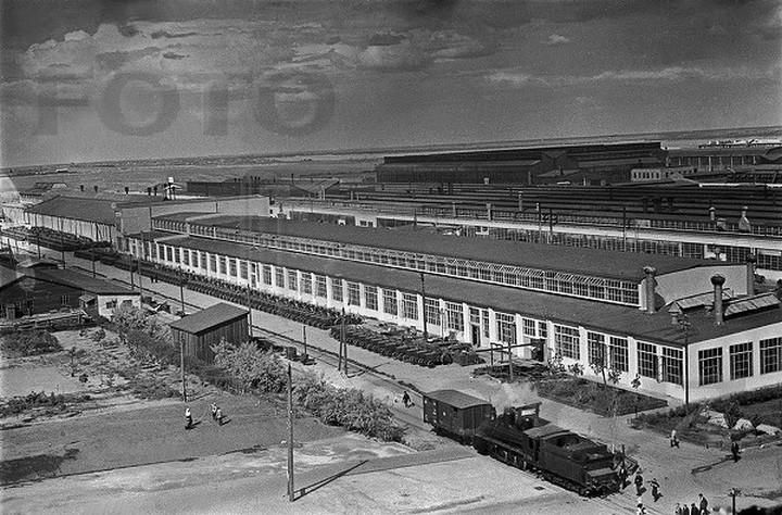 A teljes egészében amerikai gyártmányú sztálingrádi Dzerzsinszkij traktorgyár épülete. A teljes egészében szó szerint értendő, még magát az épületet is az Államokban gyártották le, s amerikai munkások és mérnökök szerelték össze, és üzemelték be.
