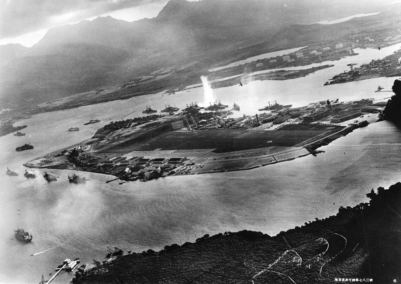 A támadás alatt álló kikötő, egy japán gépről fényképezve.