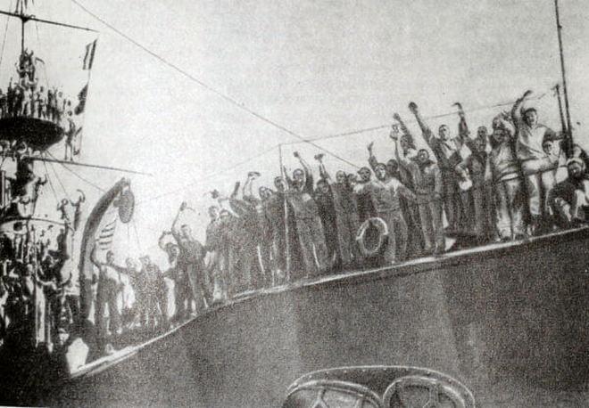 Lázadó matrózok a Patyomkin fedélzetén. Állítólag eredeti felvétel, de szerintem valószínűbb, hogy ez is Eizenstein filmjéből való.