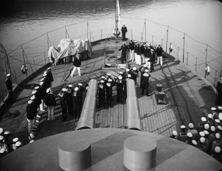 Egy másik jelenet, a lázadás előtti pillanatokról. Az őrség a ponyvával letakart tengerészekre szegezi puskáit.