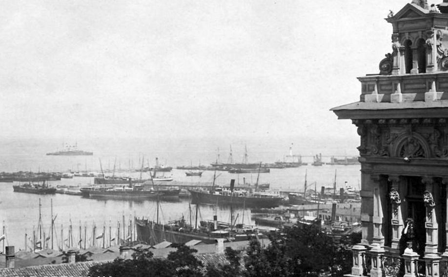 Az odesszai kikötő. Balra hátul a kikötő előtt horgonyzó Patyomkin.