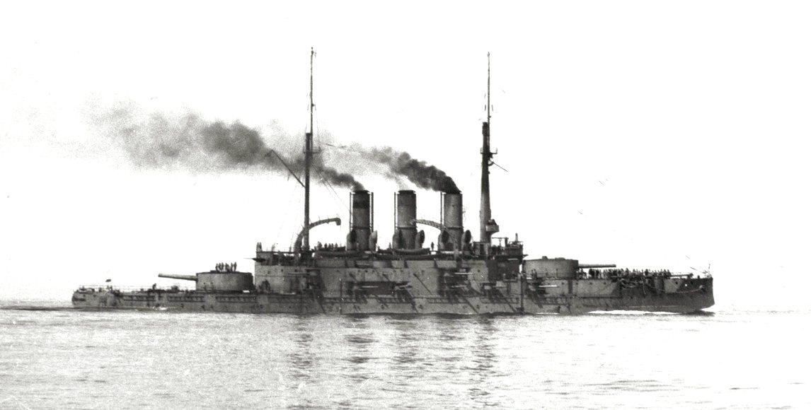 A Patyomkin. A legtöbb felvételhez hasonlóan ez is később készült a hajóról, amikor már a Pantelejmon nevet viselte.
