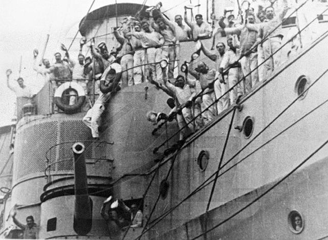 Jelenet Eizenstein filmjéből. A tengerészek lázadása amúgy valóban nem nagyon jutott tovább a hurrázásnál.