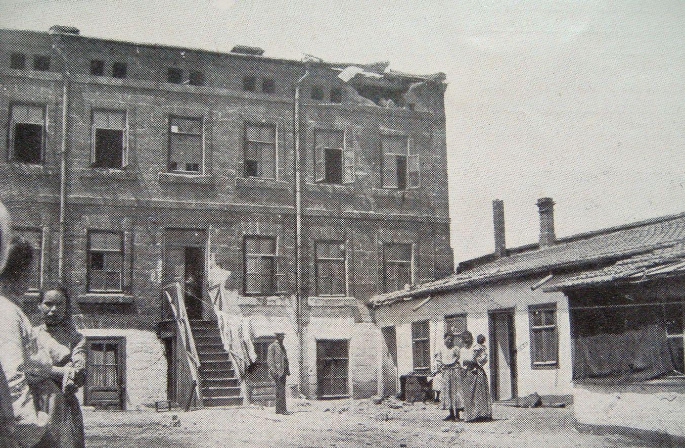A lövésektől megrongált épület.