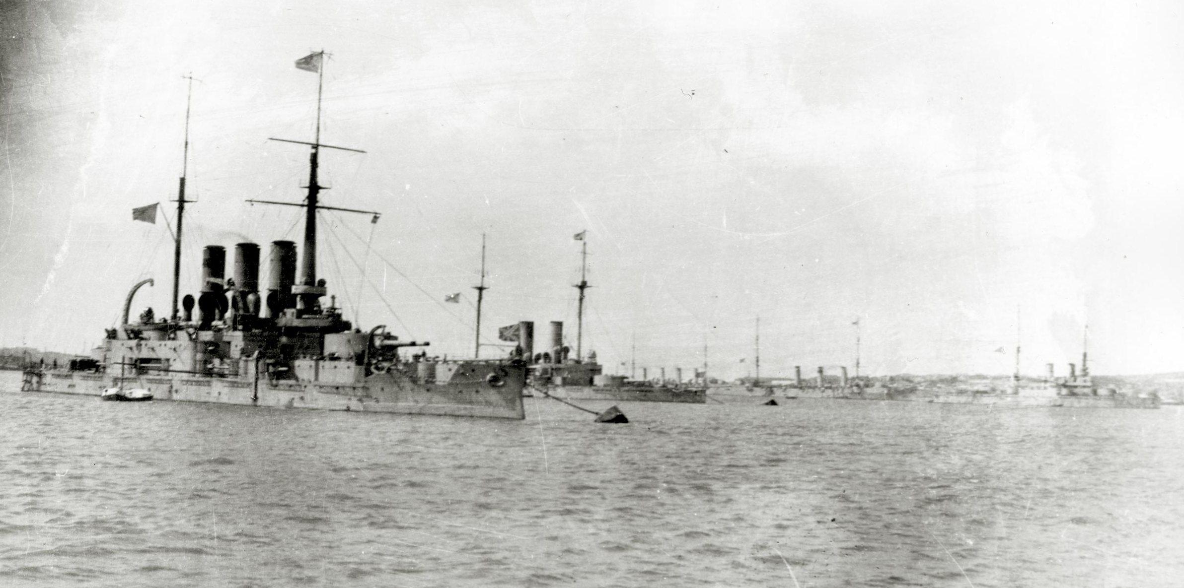 A flotta Szevasztopolban. Elöl a Tri Szvatyityelja.