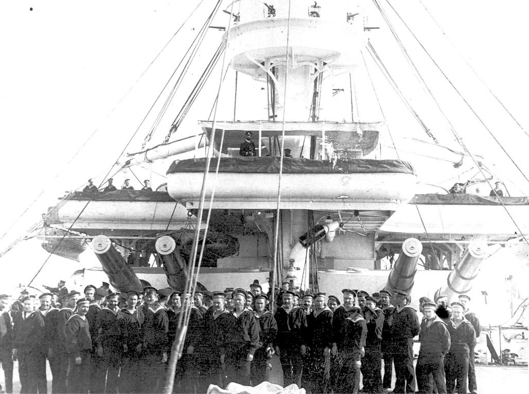 A Pobedonoszec tengerészei az elülső lövegtornyok előtt.