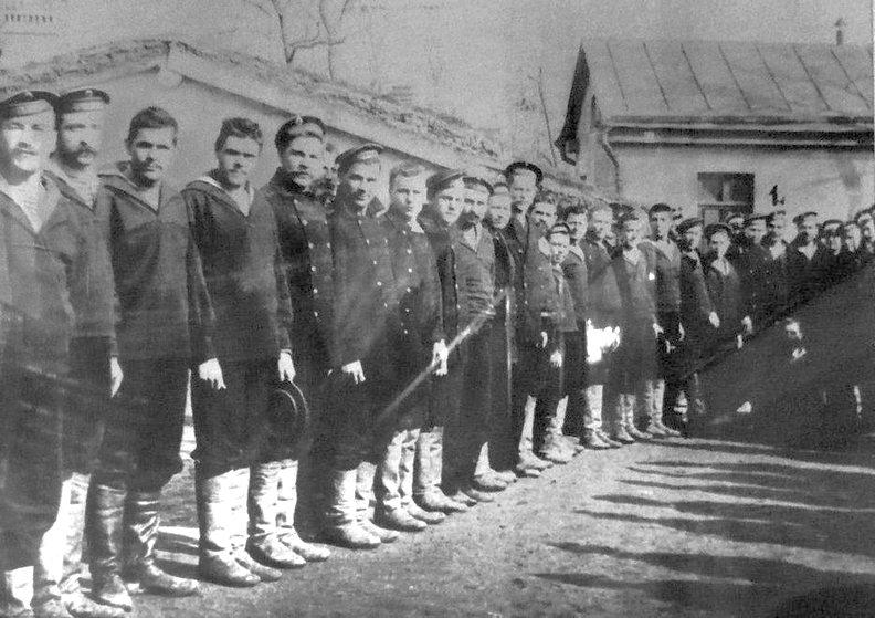 A Patyomkin vizsgálati fogságban levő tengerészei a börtön udvarán.