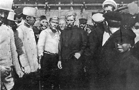 A Patyomkin Constantában partra szálló tengerészei. Középen balra Matyusenko.