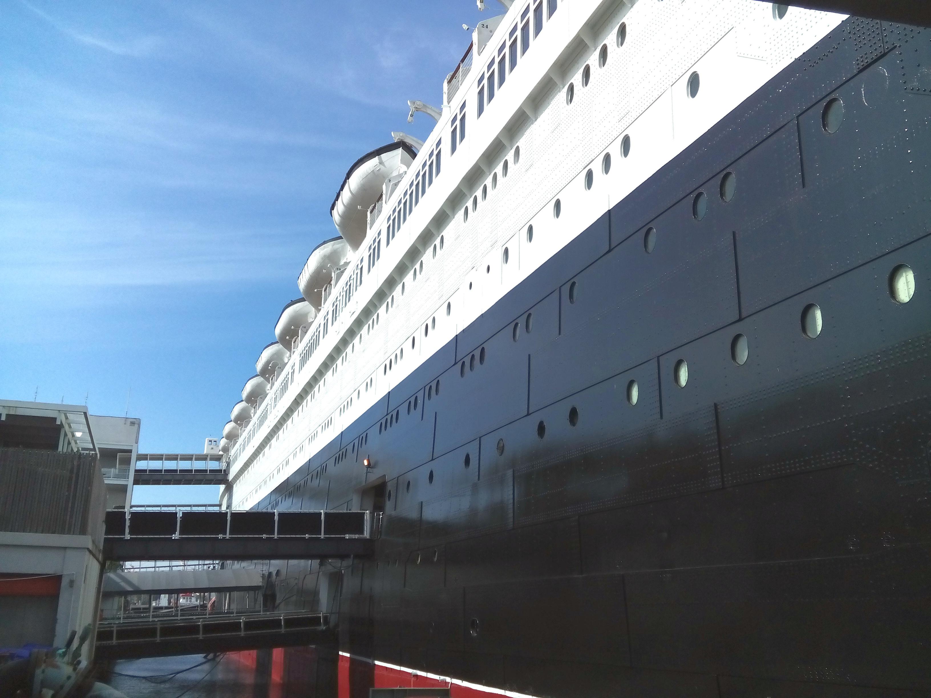 A Queen Mary fölénk tornyosuló teste a bejárattól nézve.