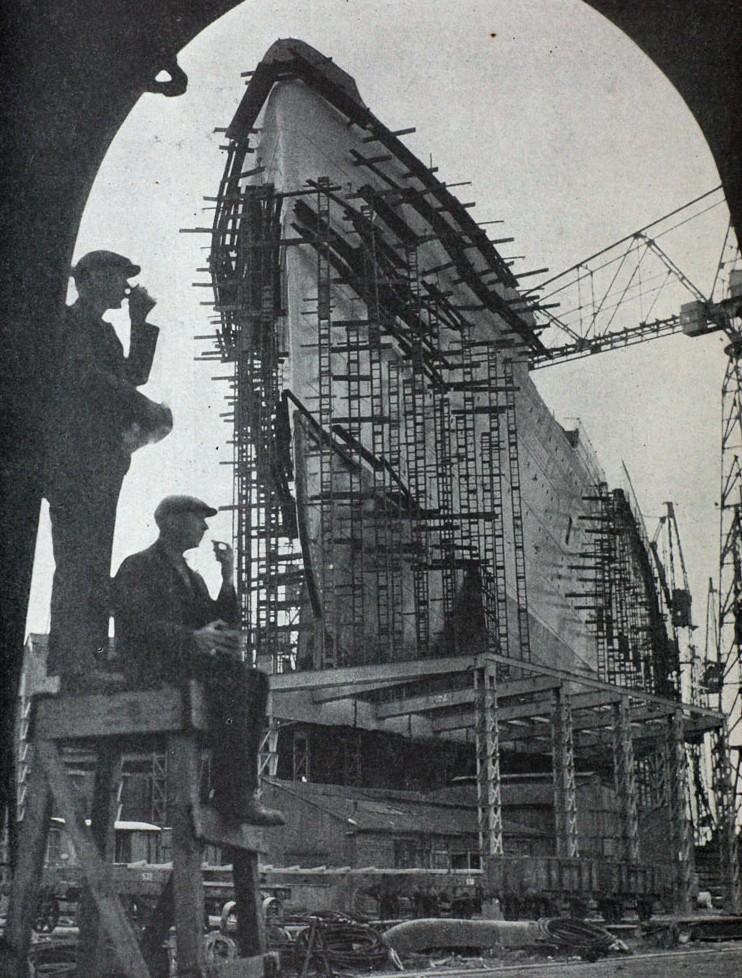 Az épülő hajó a Clydebank-i John Brown hajógyárban.