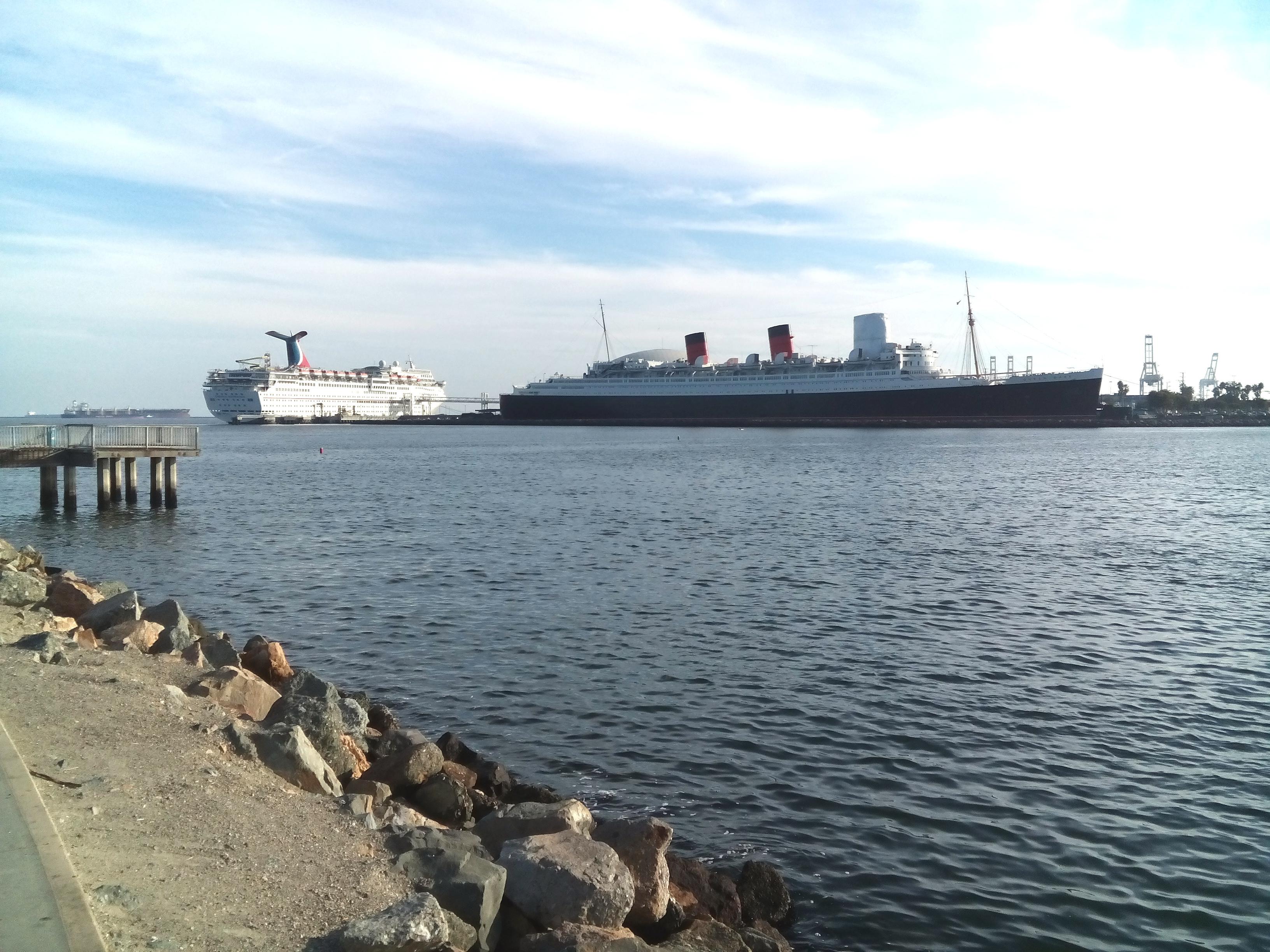 És vice versa, a Queen Mary és a Carnival Inspiration Long Beach-ről nézve.
