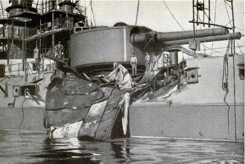 A Republique csatahajó, melyet telibe talált a felrobbant Liberté egy 37 tonnás páncéllemeze.