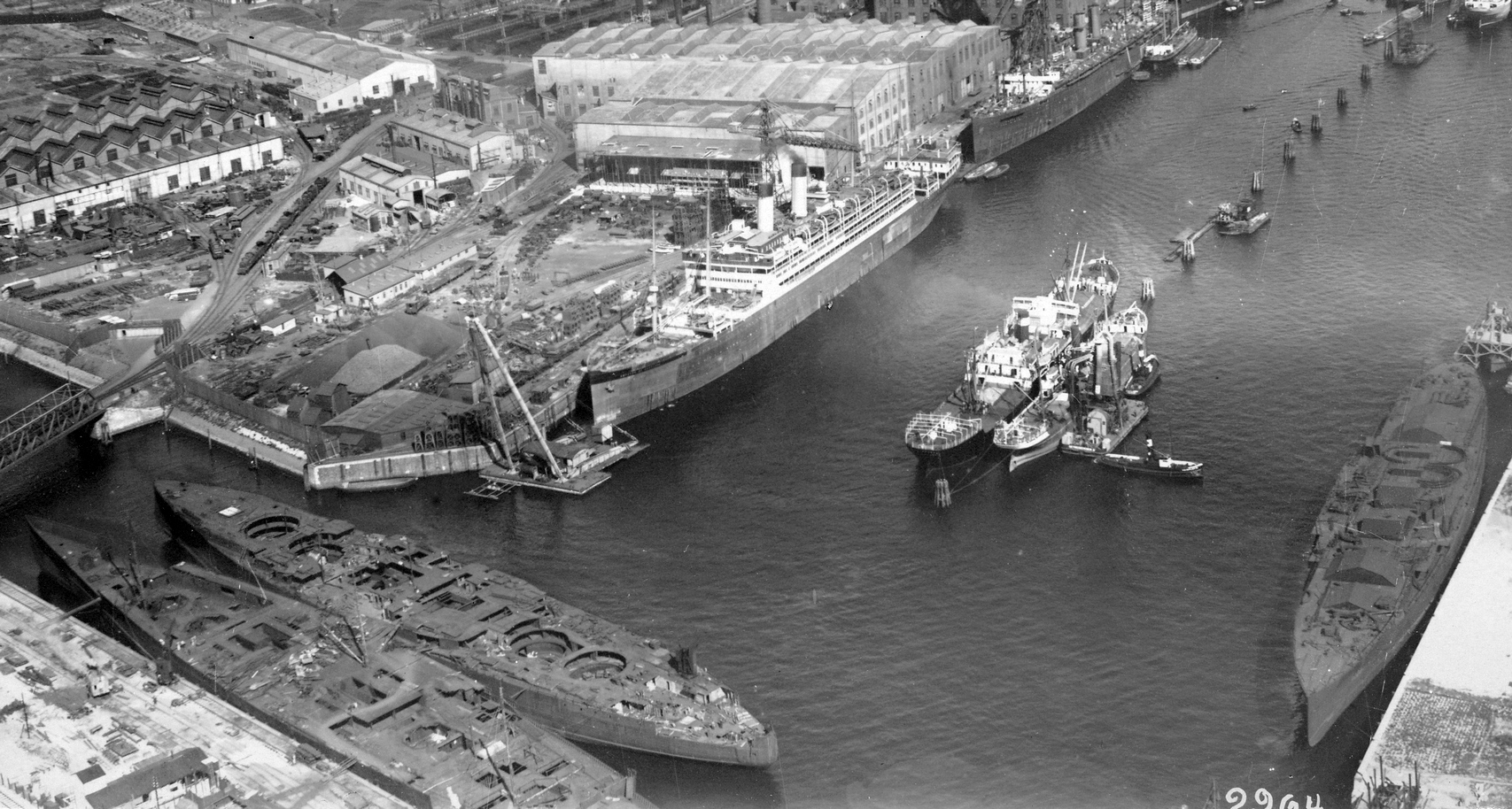 A hamburgi kikötő a háború után. Balra lent a Bayern és a Mackensen osztály egy-egy befejezetlen hajója, a kép jobb szélén a félbehagyott görög dreadnought, a Salamis.
