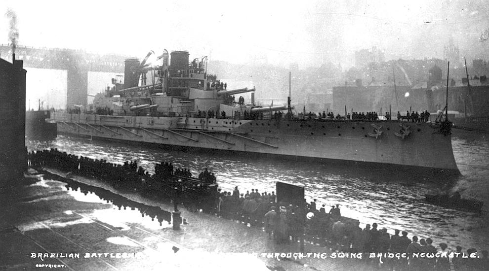 A Minas Gerais elhagyja a Newcastle-i hajógyárat.