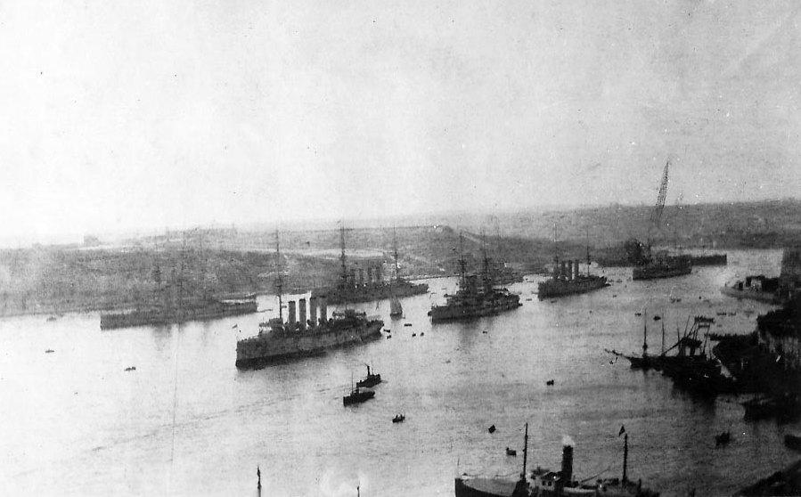 A brit Földközi-tengeri Flotta hajói Máltán, 1909-ben.