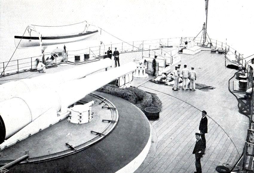 A Royal Sovereign tatfedélzete, a hátsó barbettával, és a két 343 mm-es ágyúval.