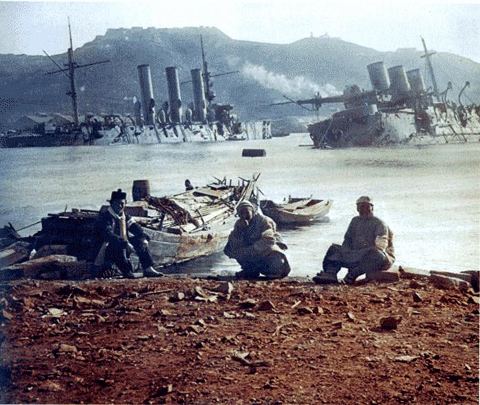 A Pallada cirkáló, és a Pobeda csatahajó roncsa Port Arthur kikötőjében.