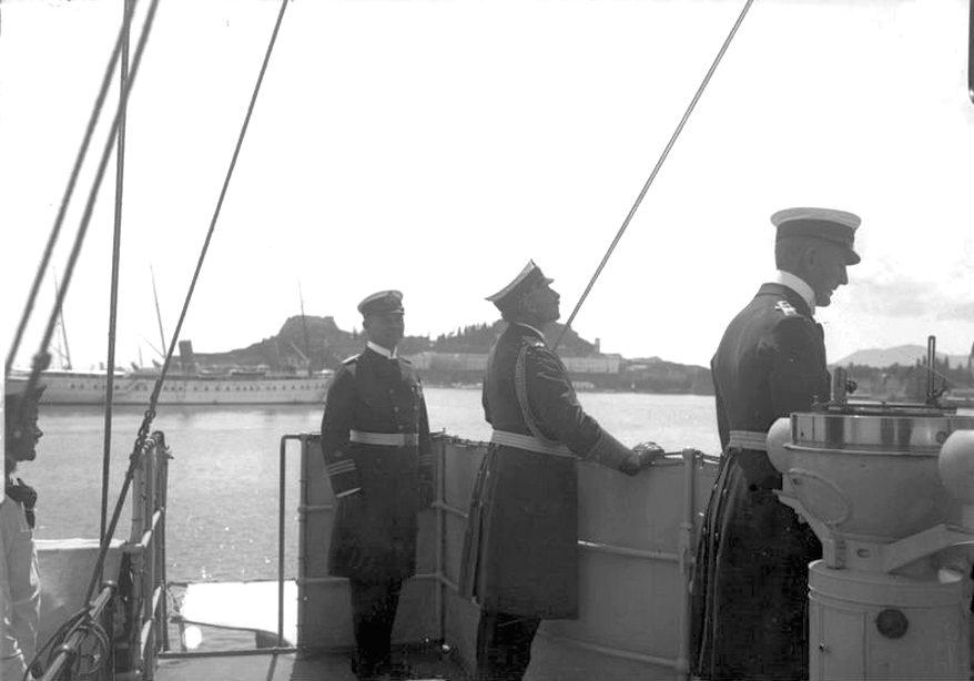 A műkedvelő tengerész. II. Vilmos a Geier cirkáló parancsnoki hídján.