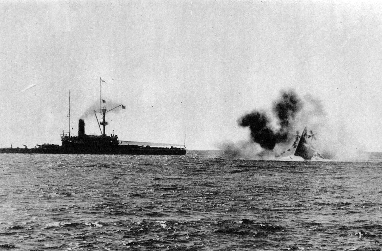 A Victoria utolsó pillanatai. A képen balra a Nile csatahajó.