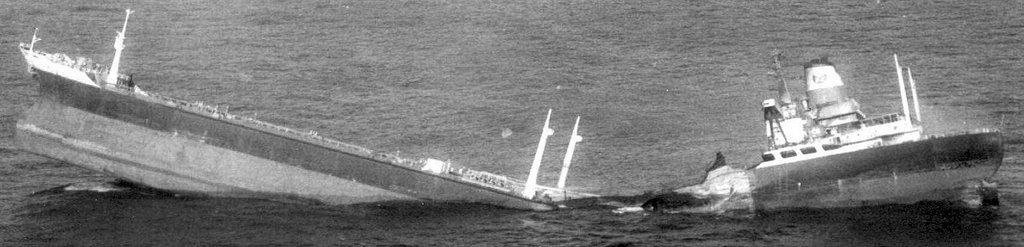 A gerinctörés egy szép példája. Az 1973-ban, a dél-afrikai partok előtt kettétört, 12 ezer tonnás Bencrauchan teherhajó.