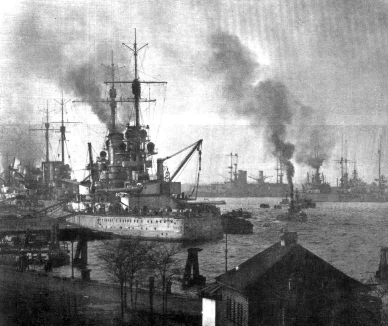 Német csatahajók Wilhelmshaven kikötőjében.