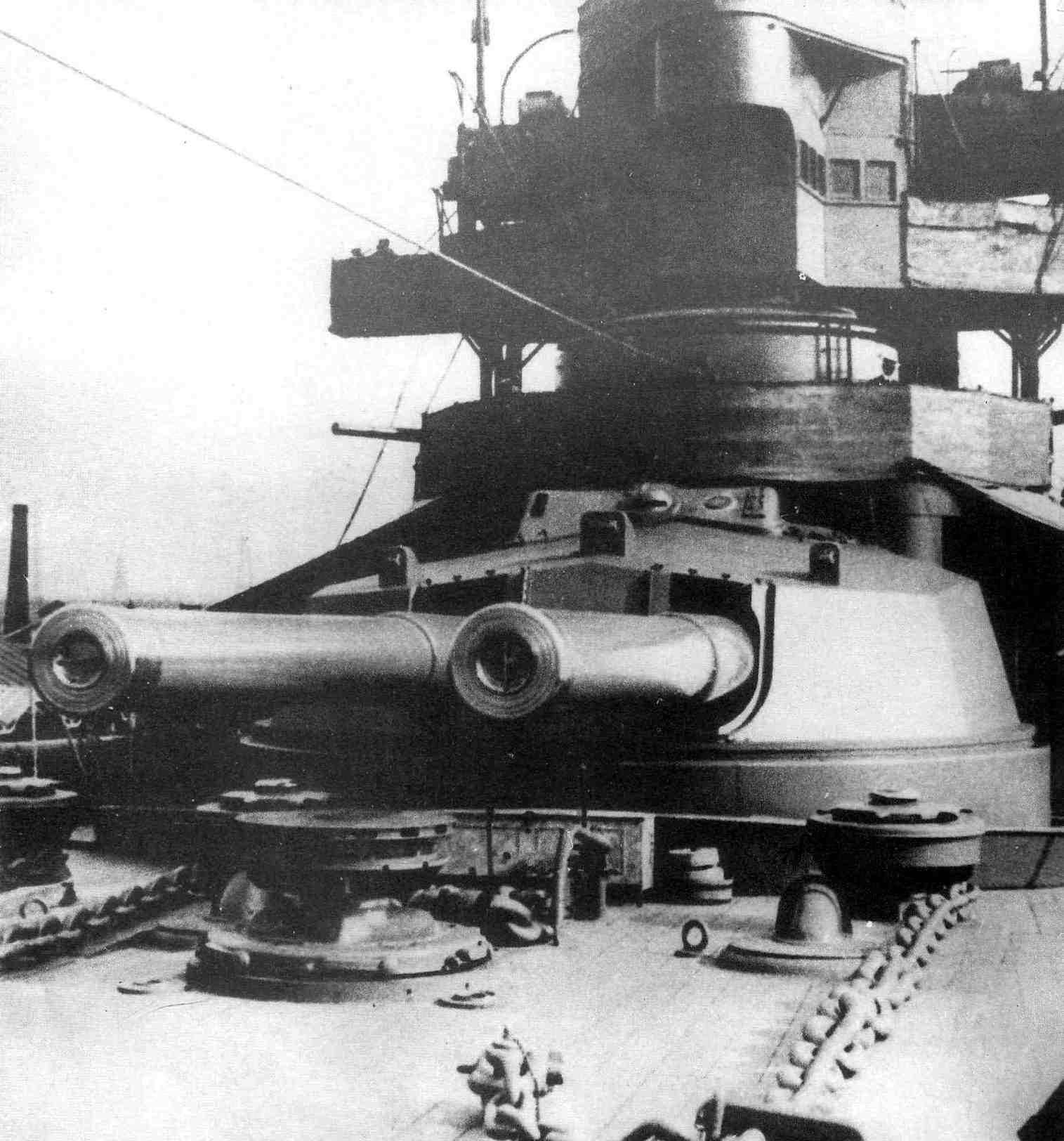 A New Zealand csatacirkáló elülső lövegtornya.