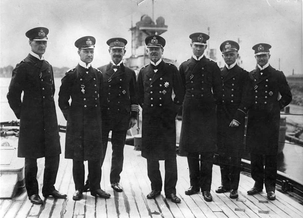 Franz von Hipper tengernagy – középen –, és törzstisztjei. Balról a második a későbbi flottaparancsnok, Erich Raeder.
