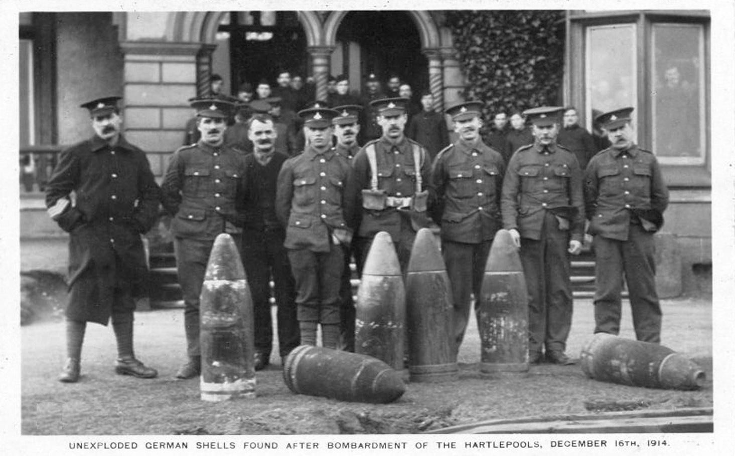 Angol tűzszerészek a Hartlepool-nál hatástalanított, fel nem robbant 28 centis német gránátokkal.