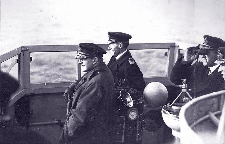 Beatty, zászlóshajója parancsnoki hídján.