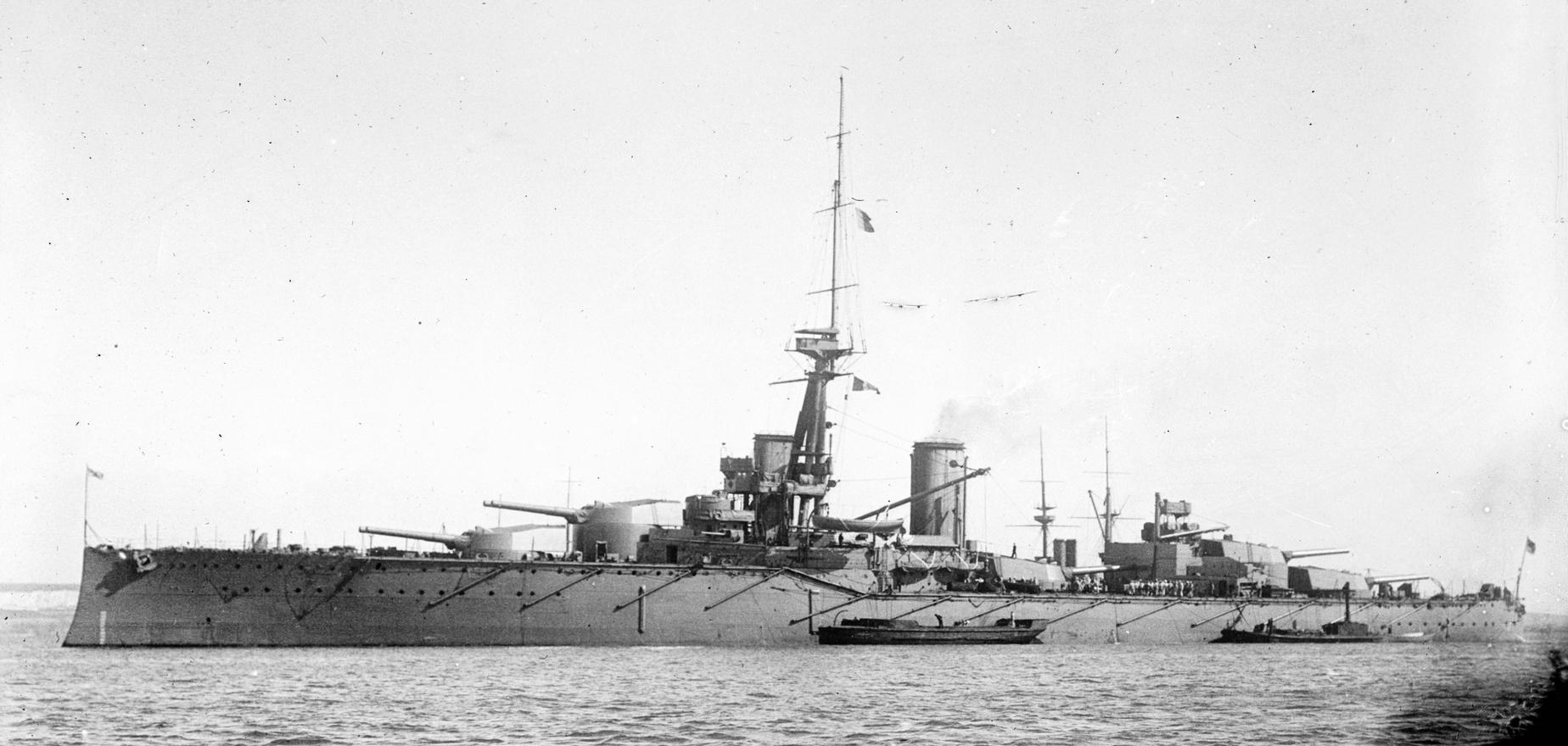Az angol Monarch csatahajó.