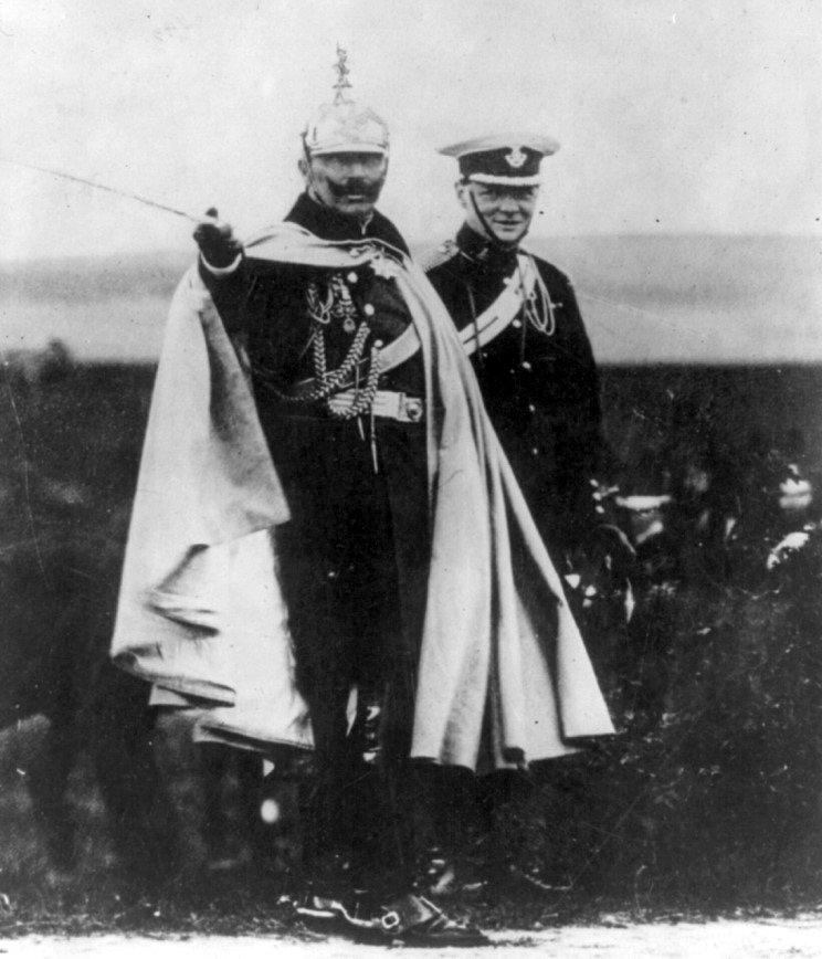 Ha az érdek úgy kívánja, a politikában bárki bárkivel képes összebarátkozni. Churchill és a Kaiser egy 1913-as német hadgyakorlaton.