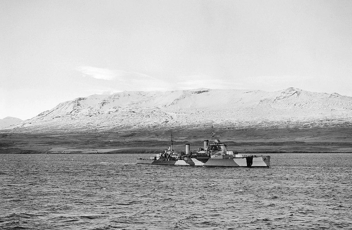 Az egyik izlandi fjordban horgonyzó Jamaica cirkáló.